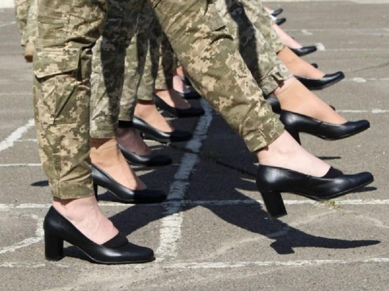 Женщины-военные не будут маршировать на параде в туфлях на каблуках.