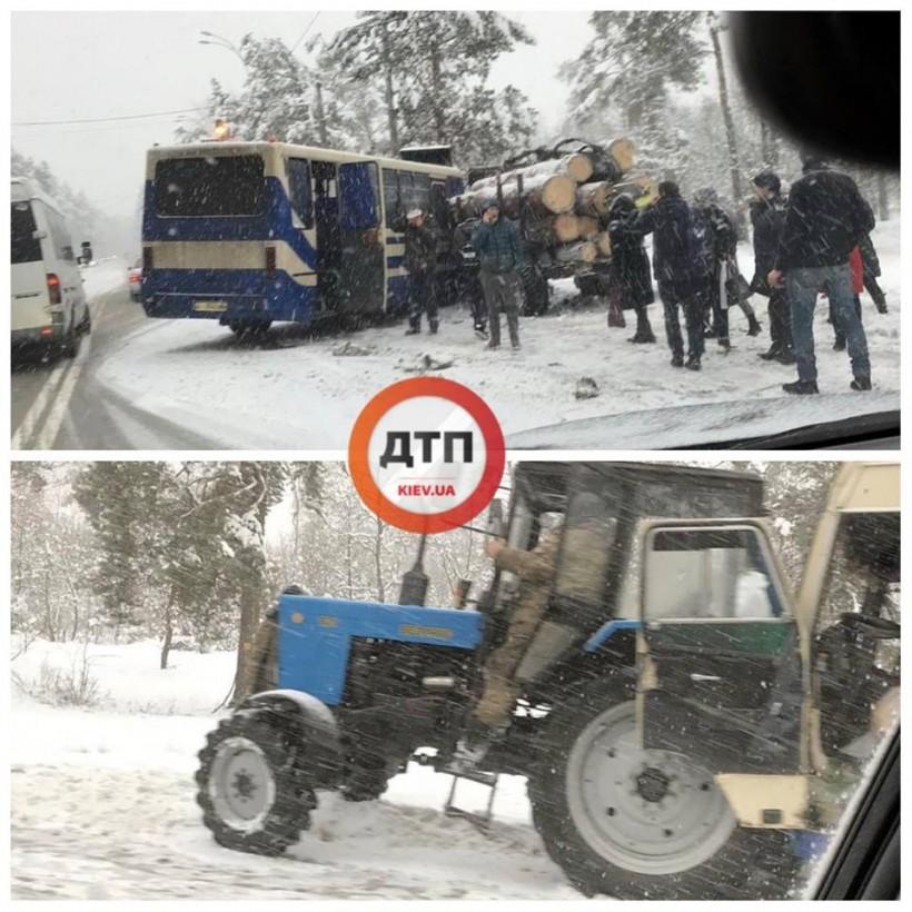 Под Киевом произошло ДТП с маршруткой: автобус врезался в трактор с бревнами (ФОТО)