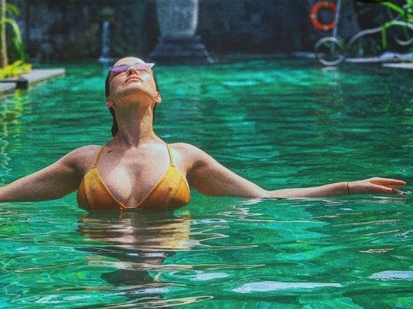 Даша Астафьева покорила сеть пикантными снимками в купальнике (ФОТО)