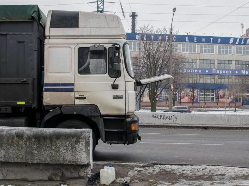 В Днепре водитель фуры погиб в кабине авто (ФОТО)