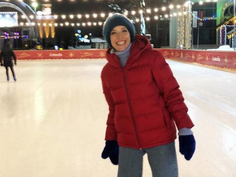 Катя Осадчая в красном пуховике отвела мужа на каток (ФОТО)