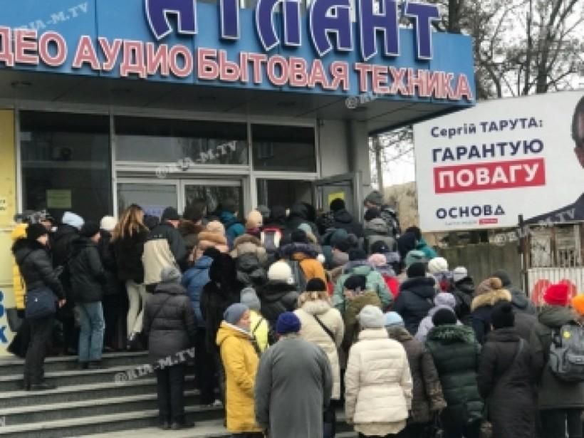 День завоза: у входа в секонд-хенд в Мелитополе произошла давка (ФОТО, ВИДЕО)