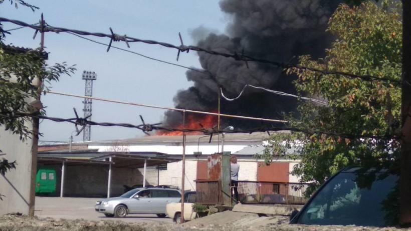 Масштабный пожар на Бумажной фабрике в Житомире: спасатели эвакуируют людей (ФОТО)