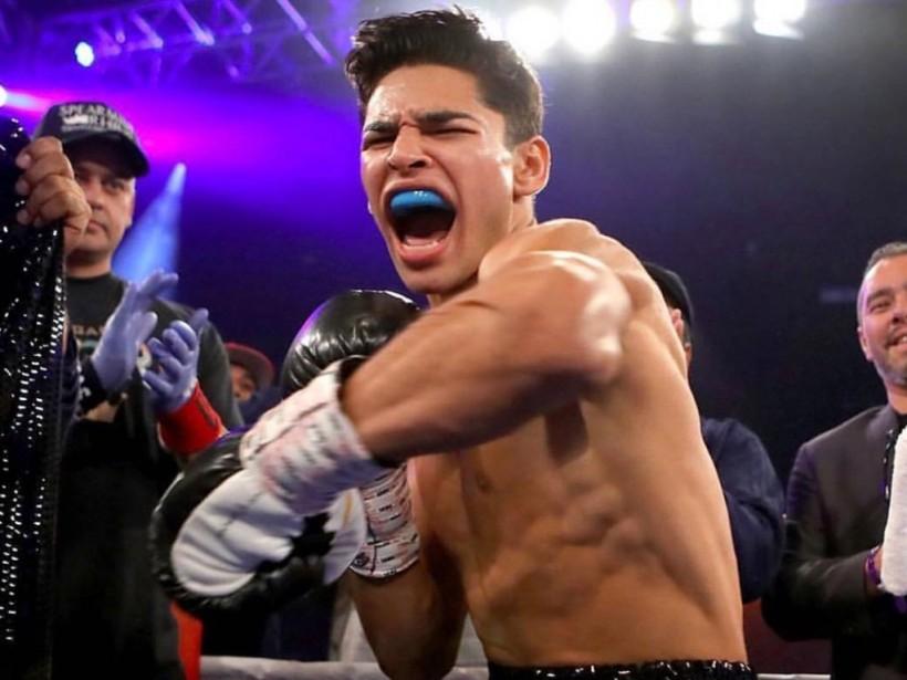 Зрелищный бокс с добиванием: на ринге схлестнулись американец и доминиканец (ВИДЕО)