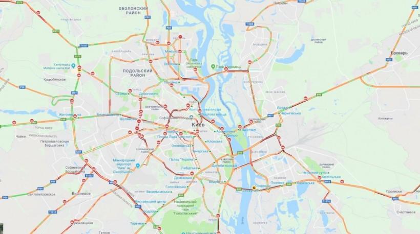 В Киеве из-за снегопада произошло почти 300 ДТП (КАРТА)