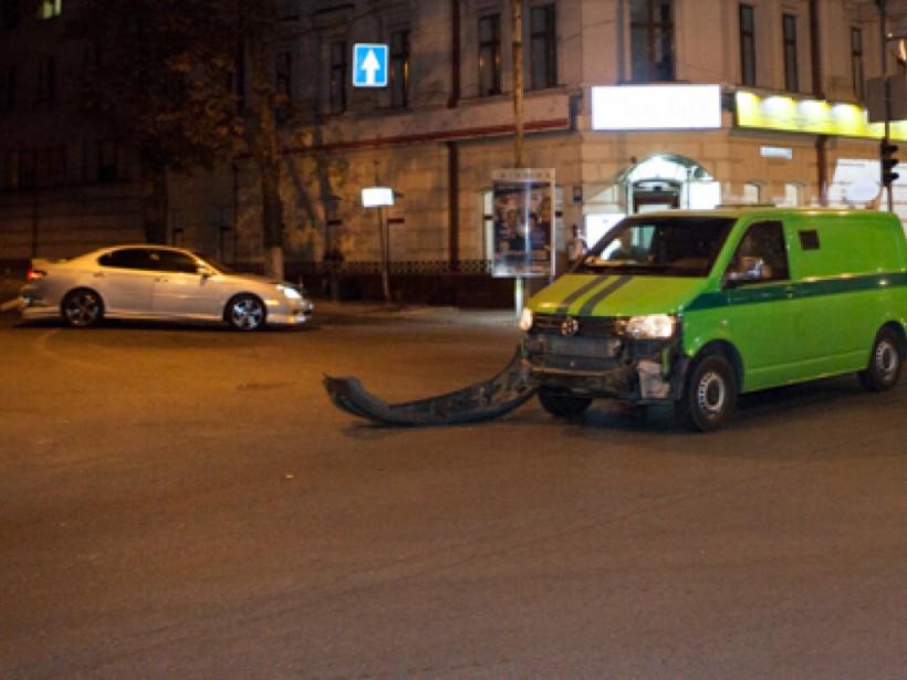 В центре Днепра инкассаторы «ПриватБанка» столкнулись с Lexus (ФОТО)