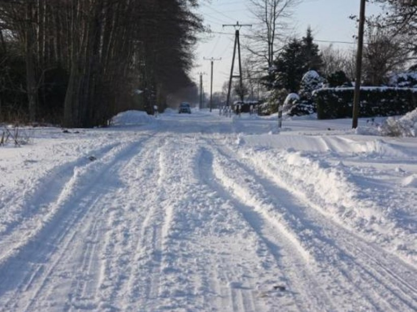 Ноу-хау от дорожников: под Ичней во время снегопада начали укладывать асфальт (ВИДЕО)