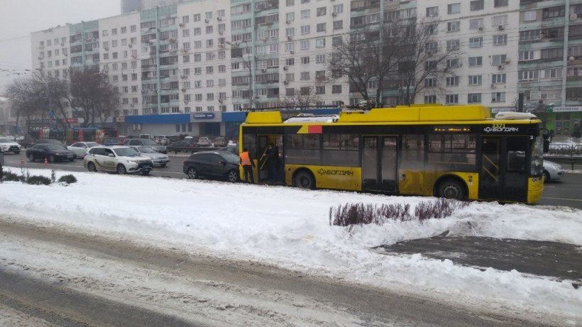 В Киеве на проспекте Победы Renault влетел в троллейбус с пассажирами (ФОТО)