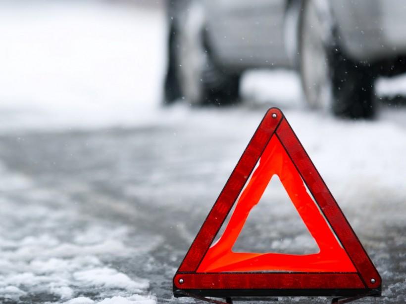В Киеве Mercedes сбил женщину на пешеходном переходе и увез ее в неизвестном направлении (ВИДЕО)