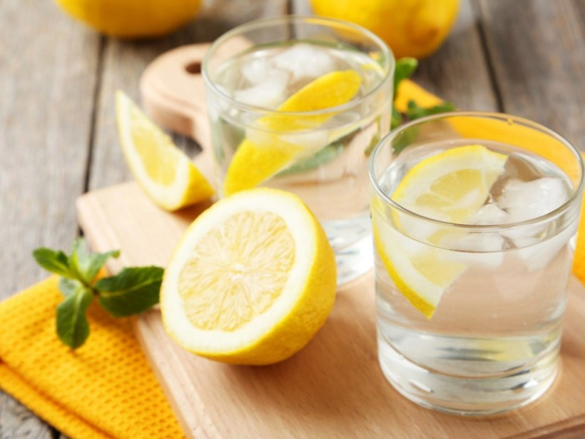 Врач: при похмелье помогут газированная вода и лед с лимоном – врач