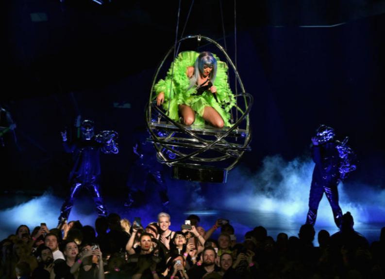 Леди Гага удивила экстравагантным образом на сцене (ФОТО)