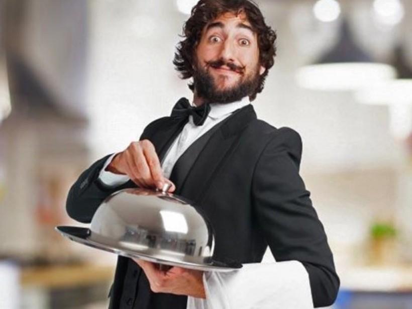 На нобелевском банкете растяпа-официант уронил закуску на голову знаменитого профессора (ВИДЕО)