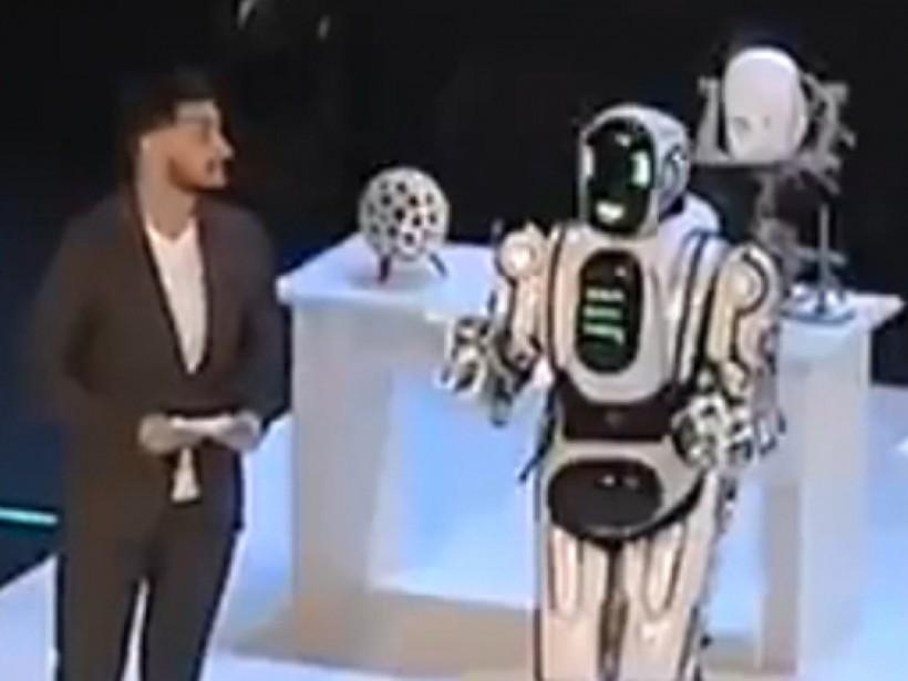«Самый современный робот» Борис в России оказался танцором в костюме (ВИДЕО)